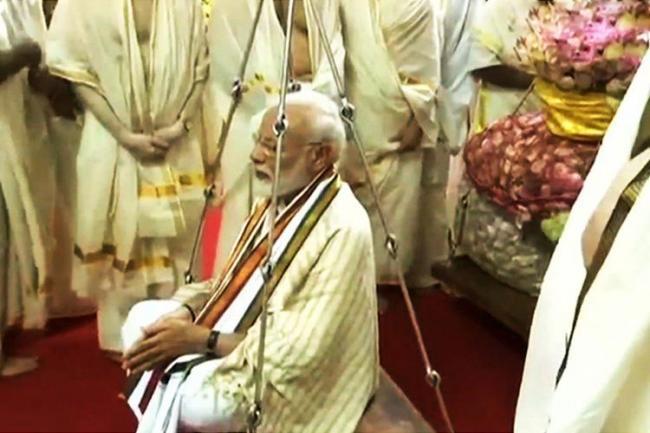 PM Modi visits Guruvayur temple in Kerala,does thulabharam with lotus flowers - Sakshi