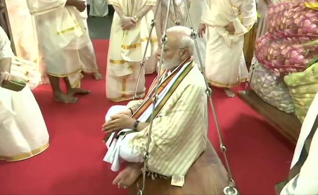 PM Modi Visits Guruvayur In Kerala And Offers Prayers To Lord Krishna - Sakshi