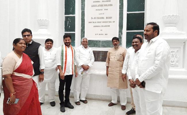 Telangana police stop Congress leaders from going to Secretariat - Sakshi