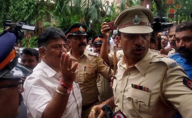 DK Shivakumar Stopped Outside Mumbai Hotel - Sakshi