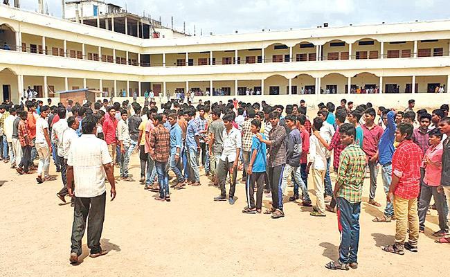 Students, parents protest Narayana Junior college in Anantapur - Sakshi