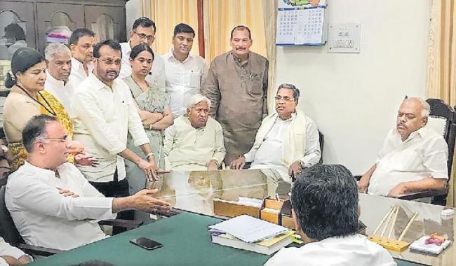 14 Karnataka rebel MLAs stationed near Pune - Sakshi