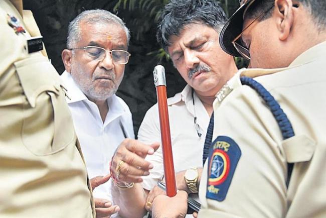 Karnataka Congress leader DK Shivakumar stopped from meeting rebel MLAs in Mumbai - Sakshi