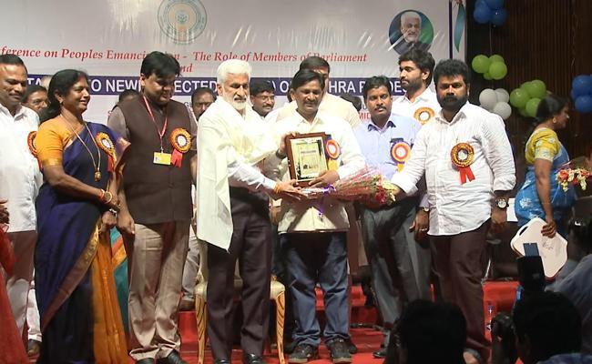 Vijayasaireddy Suggests Ap Bhavan Employees To Work For Devolopment - Sakshi