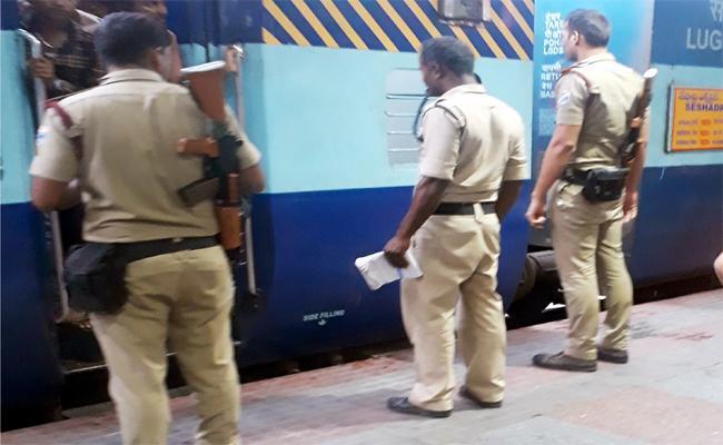 Police checking Tirupati railway station - Sakshi
