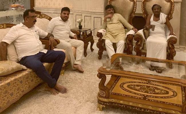 DK Shivakumar visited MTB Nagaraj house  - Sakshi