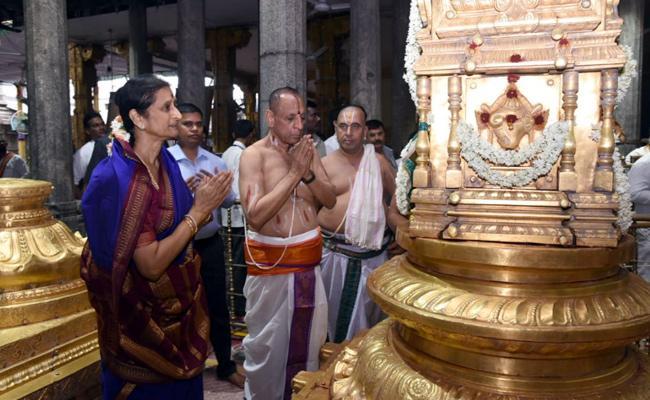 Governor prays at Tiruchanur Sri Padmavathi Ammavari Temple - Sakshi