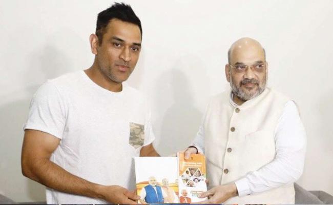 Sanjay Paswan Says MS Dhoni May Enter Politics After Retiring From Cricket - Sakshi