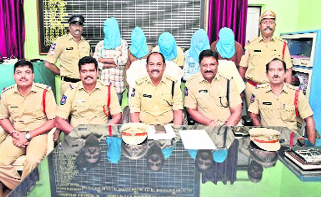 Police Arrested Burglar Gang In Warangal District - Sakshi