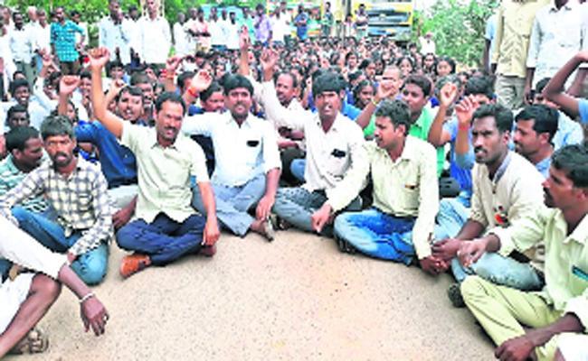 Farmers Demands Of Land Compensation in Mahabubnagar - Sakshi