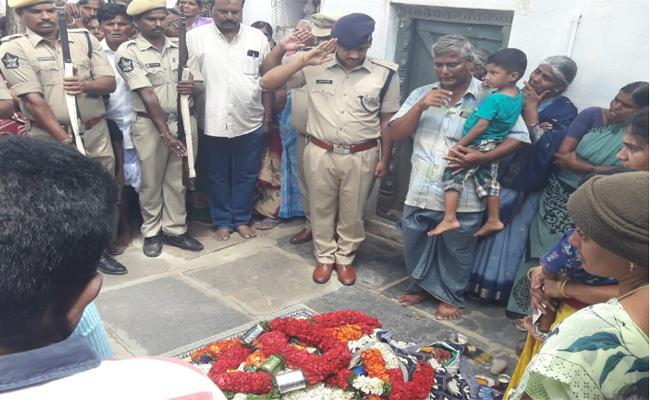 Constable Died In RTC Bus Collision In Atmakur Zone - Sakshi