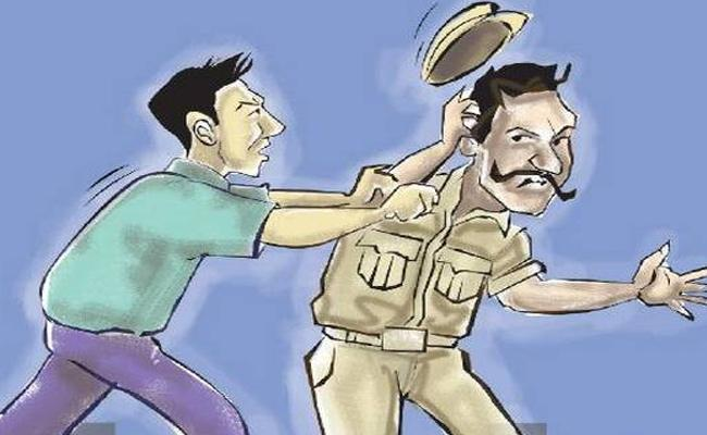 Drinkers Attacks On Traffic Hyderabad - Sakshi