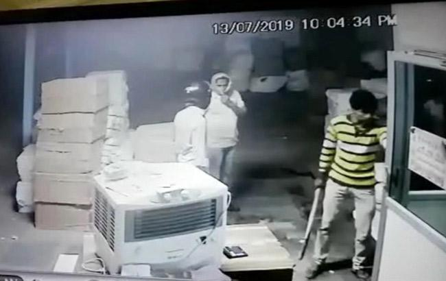 Robbery in  Private Transport go down Vijayawada  - Sakshi