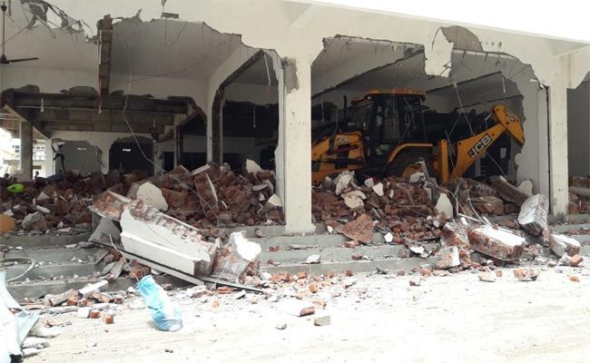 Illegal  Constructions Demolishing In Tadepalligudem - Sakshi