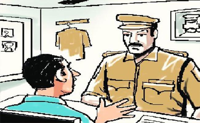 Fake Policeman Beat Up Mobile Shop Owner At Guntur - Sakshi