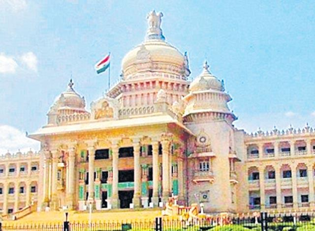 Another round of resort politics in Karnataka as JD(S)-Cong coalition governament - Sakshi