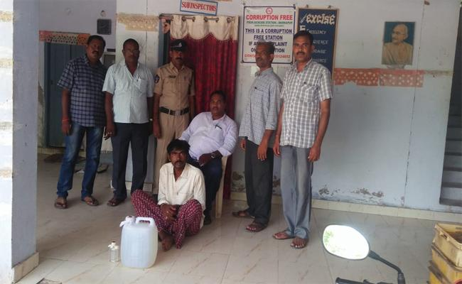 Excise Officers Raid On Cheap Liquor In Markapuram - Sakshi