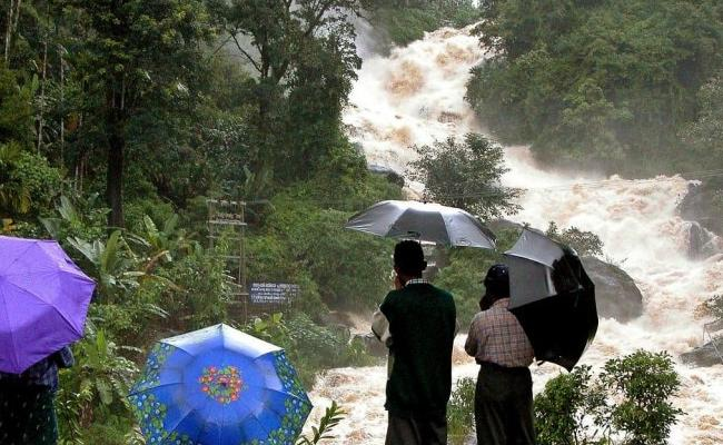 Extremely Heavy Rains Expected In Kerala Announced Red Alert - Sakshi