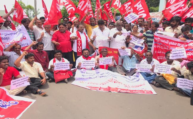 Building Workers Strikes In Front Of Collectorate In East Goadavri - Sakshi