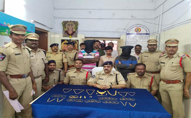 Thieves In Police Dress Has Arrested in Renigunta - Sakshi