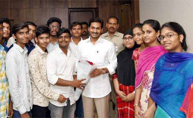 Intermediate Students Says Thanks To CM YS Jagan Over Amma Vodi Scheme - Sakshi