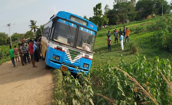 Bus Went To Stream In Mulugu - Sakshi