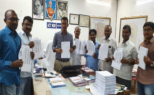 Irregularities In Voters List In Karimnagar - Sakshi
