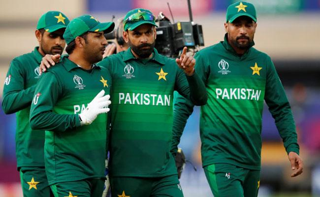 Waqar Slams senior Pakistan players After World Cup 2019 Defeat - Sakshi