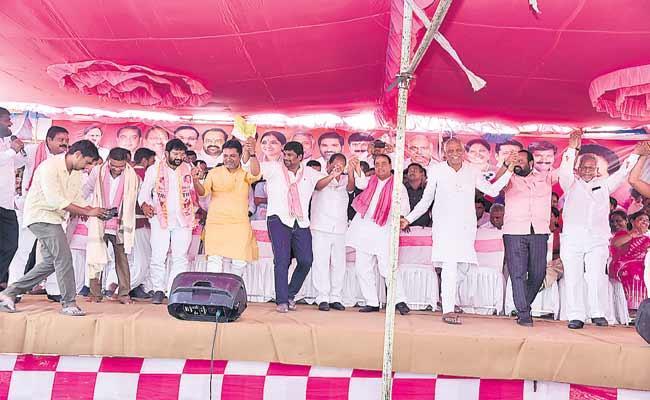 TRS Leaders Celebrate Kaleshwaram Jala Jatra At Annaram Barrage - Sakshi