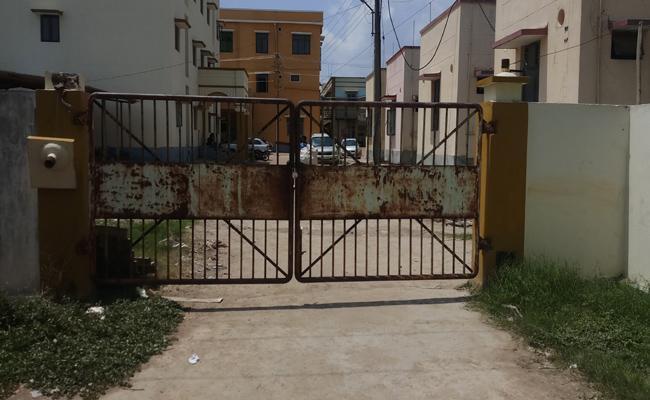 KMC Doctors Locked MGM Mortuary Gate In Warangal - Sakshi