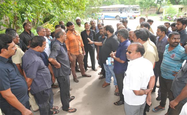 RTC Employees Protest To Remove Breath Analyzer Machine In Chittoor - Sakshi