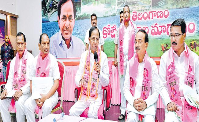 KCR Tells Build Party District Offices By Dussehra - Sakshi