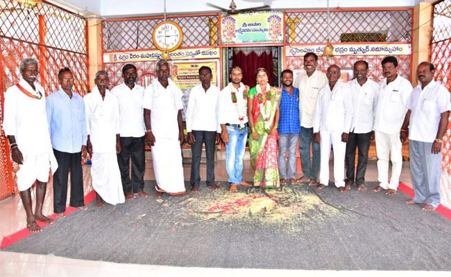 Lovers married With parents Acceptance In Manakondur - Sakshi