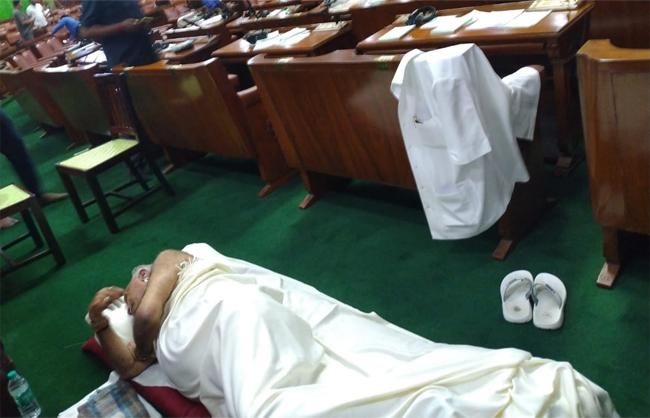 Karnataka BJP MLAs Sleep in Assembly - Sakshi