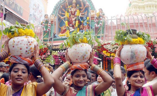 Lal Darwaza Simhavahini Mahankali Bonalu Festival In Old City - Sakshi