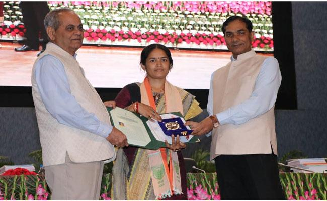 Women Gets Award From Narendra-Singh-Tomar For Doing Excellent Research In Agriculture In Patapatnam - Sakshi