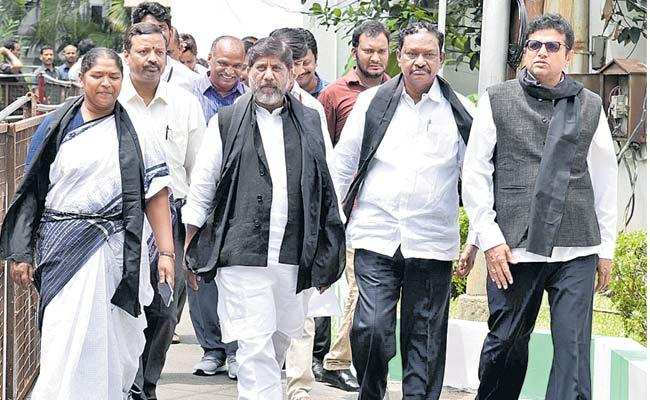 Congress Leaders Gets Confused In Assembly Session - Sakshi