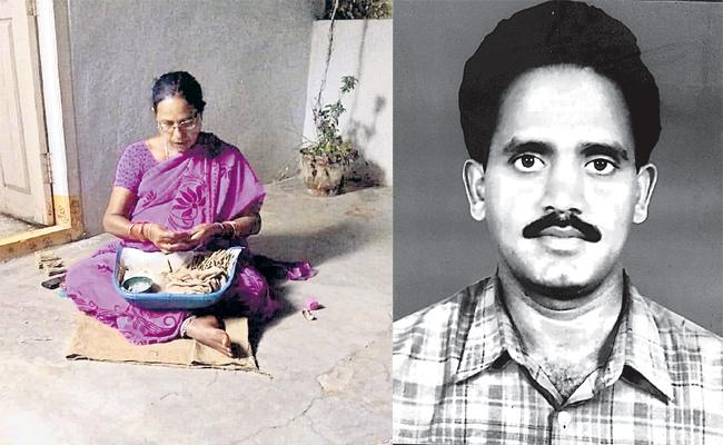 Poor Family Waiting For Helping Hands - Sakshi