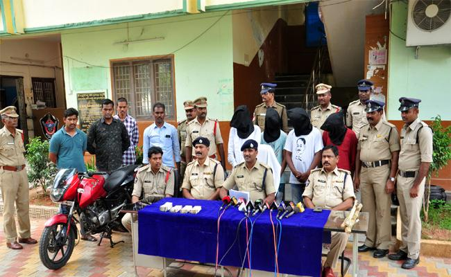 3 Arrested For Attacking On Cashier At Pragathi Transport In Vijayawada  - Sakshi