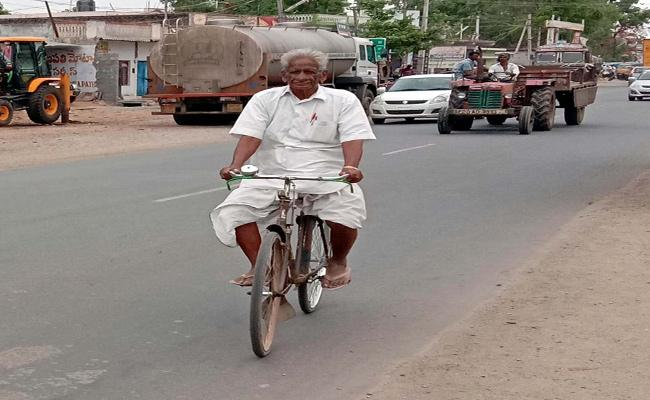 Every Day 32km Riding Bycycle A Old Man In Khammam District - Sakshi