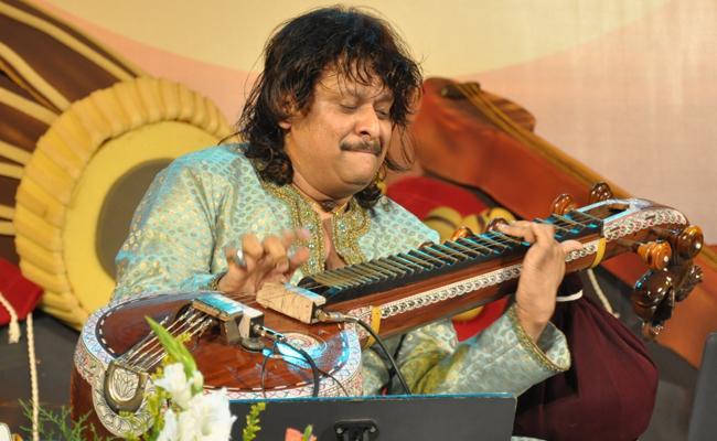 Rajesh Vaidya Plays Veena And Created Asia Record - Sakshi