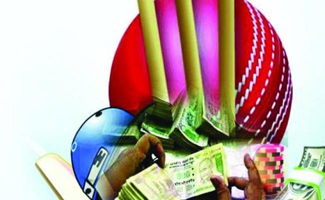 Police Arrested Cricket Betting Gang And Seized 5 lakhs In Srikakulam - Sakshi