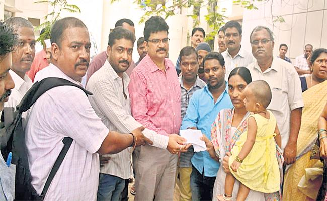 Sangareddy Collector Gives Financial Aid For The Sakshi Journalist Family
