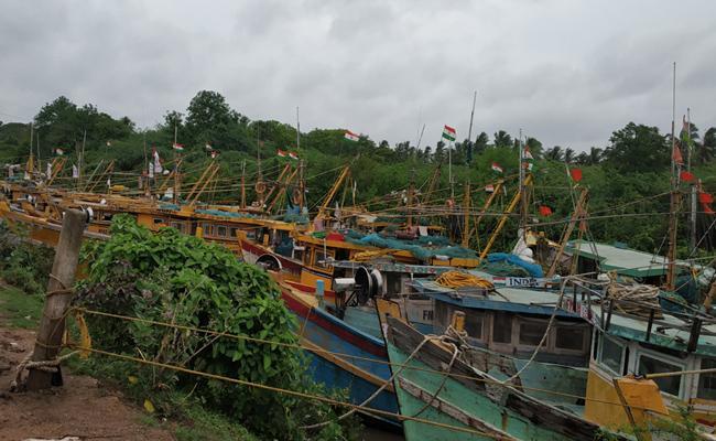 Plenty Of Fishes In Narasapuram Coastal Fisher Men Are Happy - Sakshi