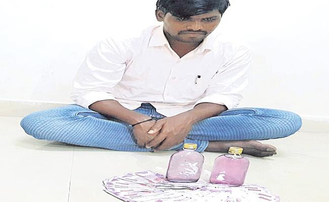 The ACB Catches the Constable When He Receives Money From Chevella Sub-Registrar - Sakshi