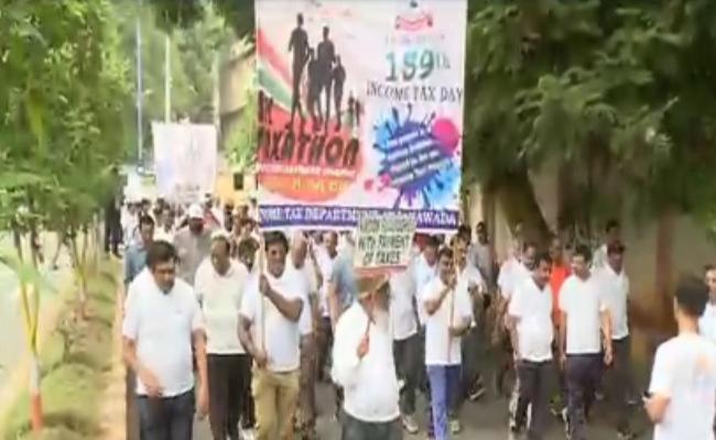 Income Tax Day 4K Run In Vijayawada - Sakshi
