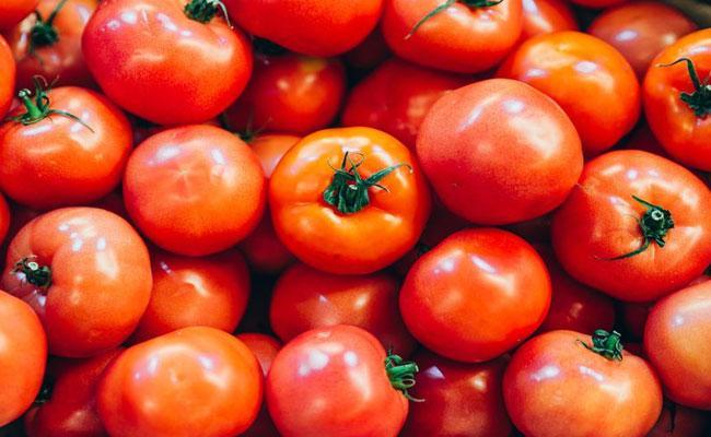Tomato Prices Surge Up In Delhi - Sakshi