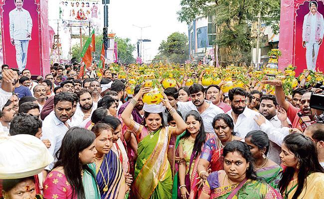 Ujjaini Mahankali Bonala Jathara Celebrated Sunday - Sakshi
