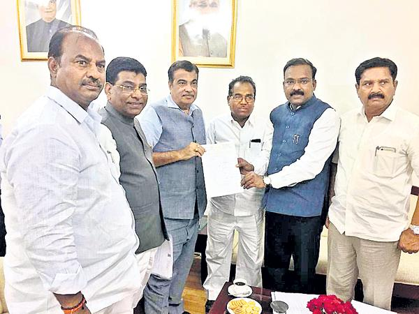 TRS MPs asks Gadkari for Funds to the National Highways - Sakshi