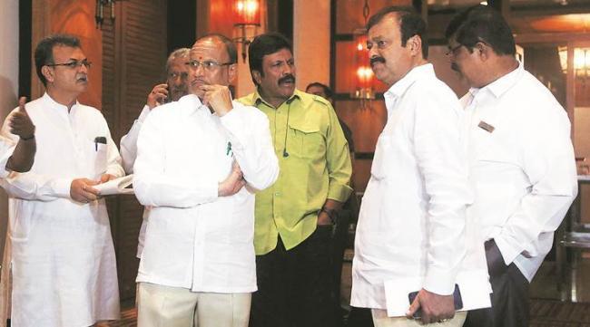 Political High Drama Continues In Karnataka - Sakshi